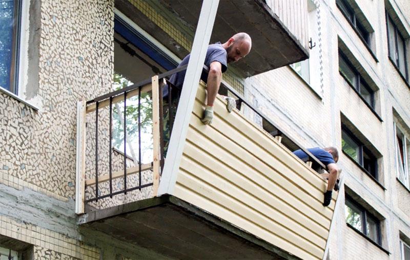 Есть, правда, один сравнительно безопасный выход – смонтировать обшивку на земле и потом поднять её на балкон с помощью системы тросов и там уже зафиксировать к основанию. Если вы используете виниловый лёгкий сайдинг – то это будет несложно