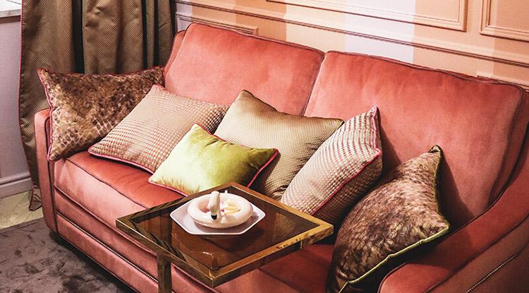 Декоративные подушки в горчично-коричневой гамме смягчают обилие розового в интерьере