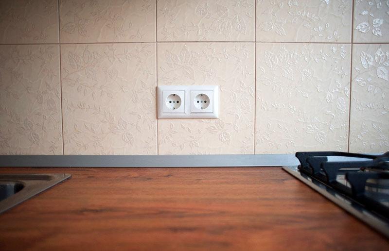 Мастер обязательно проверит наличие заземления у розетки, если в плите есть функция электроподжига и подсветки