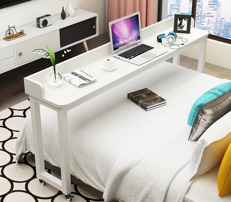 Вы видите настоящий офис для работы в постели. Когда работа закончена – вся конструкция перемещается на колёсиках в изножье кровати