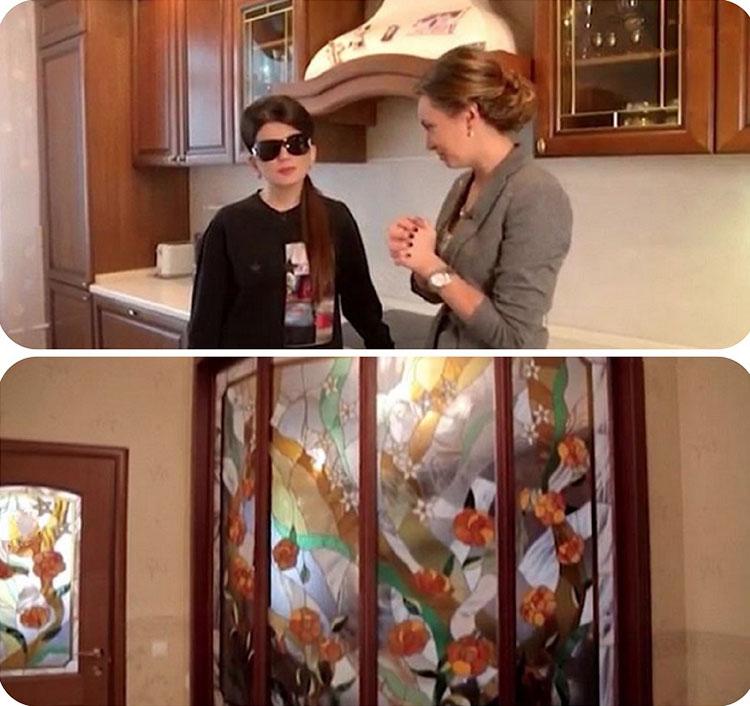 Межкомнатные двери из массива украшены цветным витражным стеклом