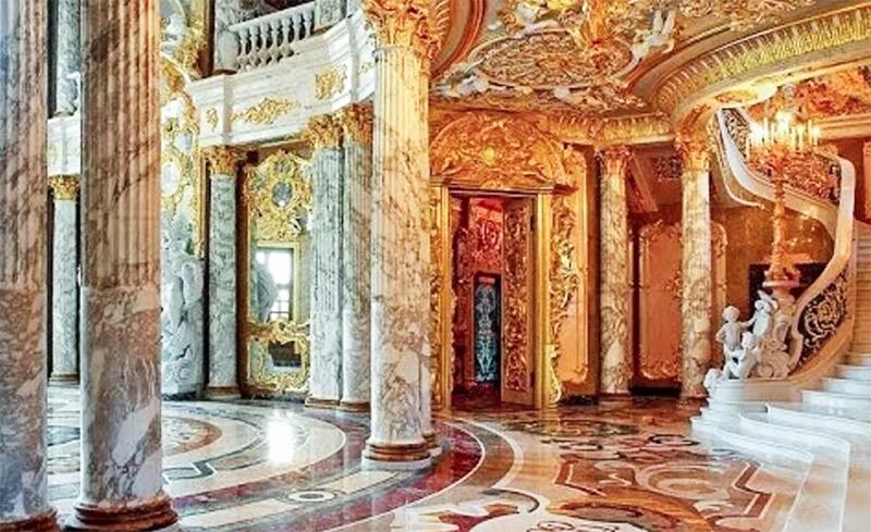 На второй этаж ведёт роскошная лестница с изгибом из натурального мрамора, украшенная фигурками ангелочков