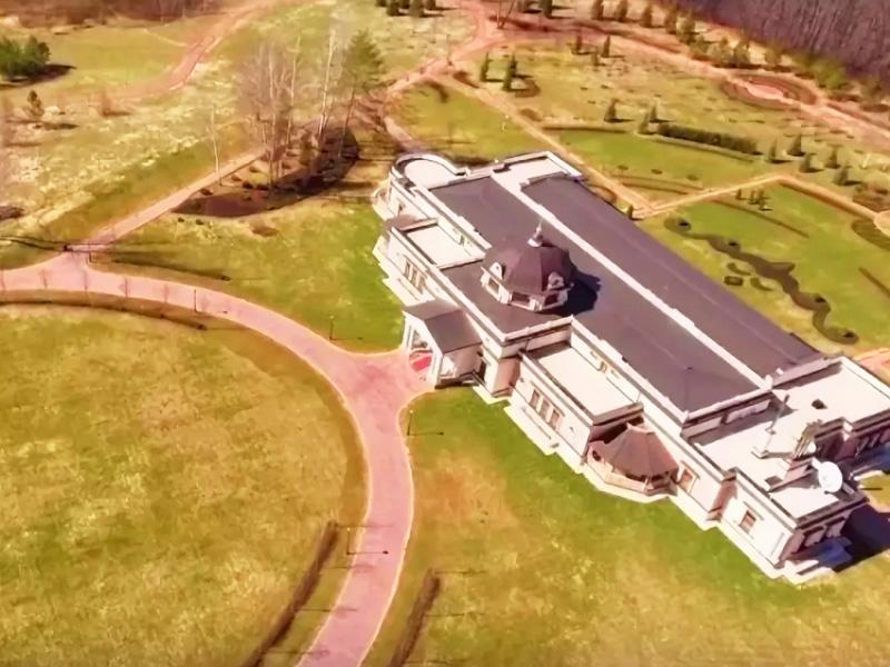 Центральный вход главного особняка украшает красная ковровая дорожка