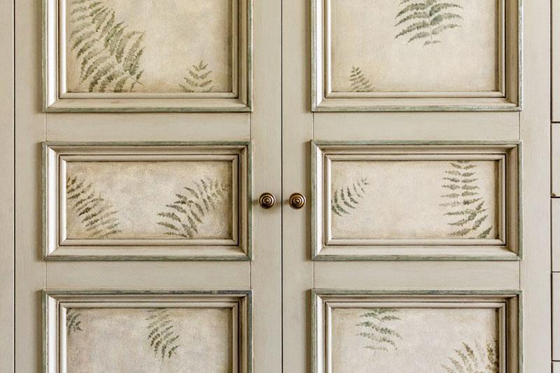 Анастасия вручную украсила фасады изображениями листьев папоротника