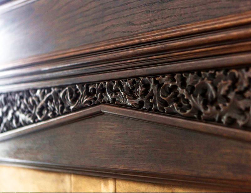 Верхняя часть камина украшена панелью с ажурной резьбой ручной работы, за которой оборудован небольшой тайник