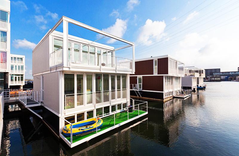 Средняя цена такого дома − около полумиллиона евро, и это ещё при условии, что швартовка дома оплачивается отдельно, а внешний вид домов запрещено менять законом