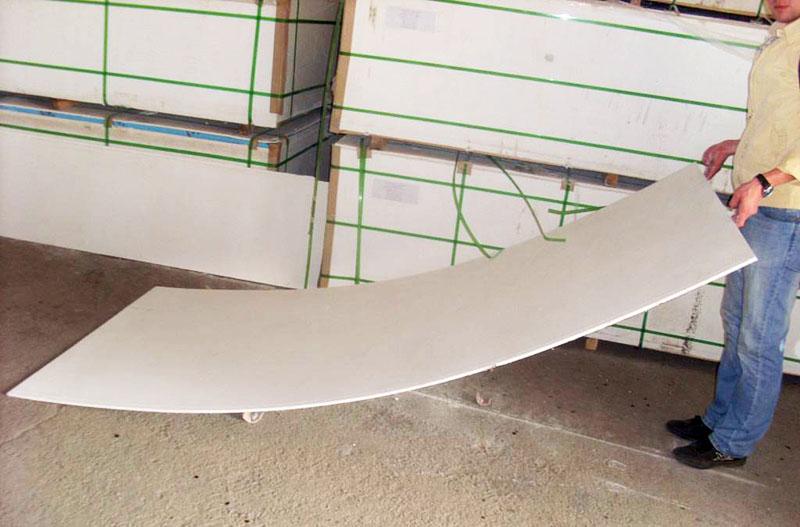 Этот материал отличается высокой прочностью и влагостойкостью, так что его можно использовать для влажных помещений, устройства подкровельного ковра и даже обшивки фасадов зданий