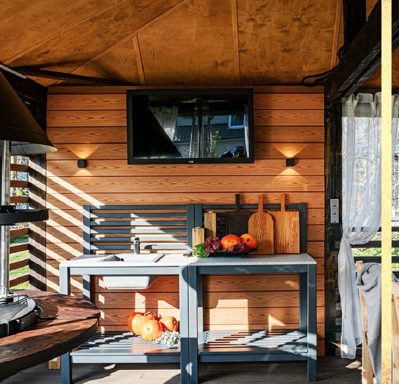 В нижней части кухонной мебели можно разместить удобные плетёные корзины