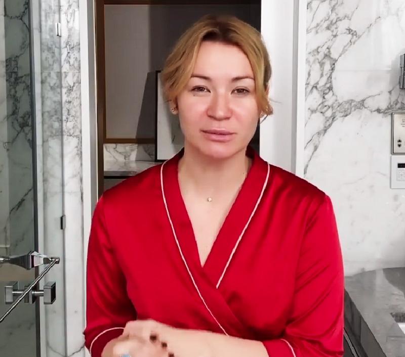 В интерьер ванной комнаты удачно вписываются хромированные аксессуары