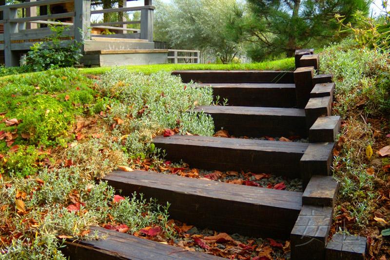 Дерево всегда органично вписывается в садовый дизайн. Для лестницы его нужно обработать от насекомых и гниения