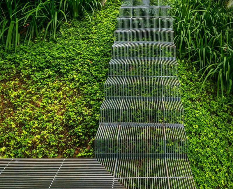 Интересная мысль: использовать в качестве материала лестницы тонкую стальную решётку. На фоне зелёного газона она будет почти незаметна