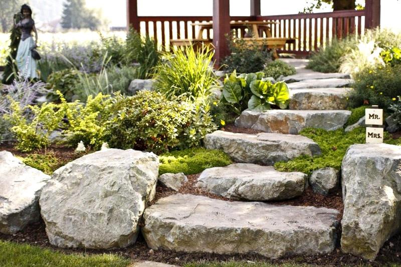Разумеется, натуральный камень или его профессиональная имитация станут не просто лестницей, а частью ландшафта