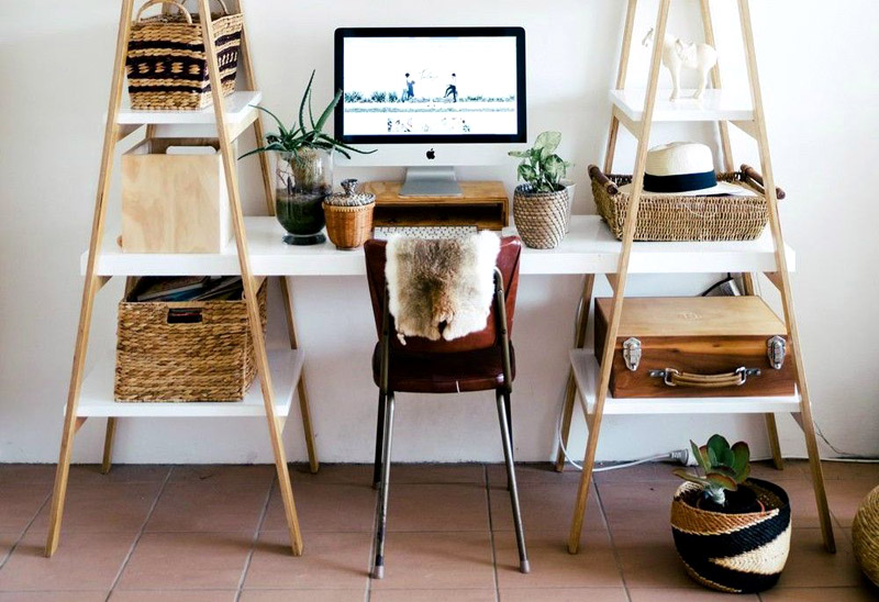 Или вот это решение позволяет превратить обычную лестничную конструкцию в удобный стол