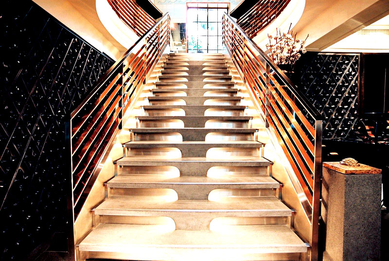 Наглядный пример такого оформления: обычная маршевая лестница с подсветкой становится украшением комнаты