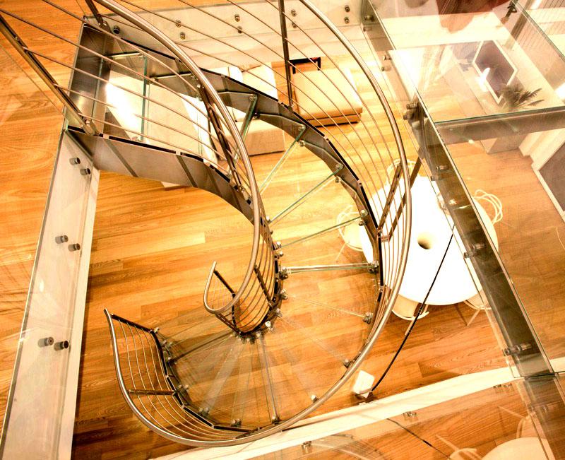 И здесь стекло в тренде. Такие винтовые лестницы словно парят в воздухе, не мешая обзору