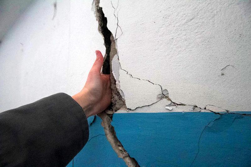 Как и чем заделать трещину в стене