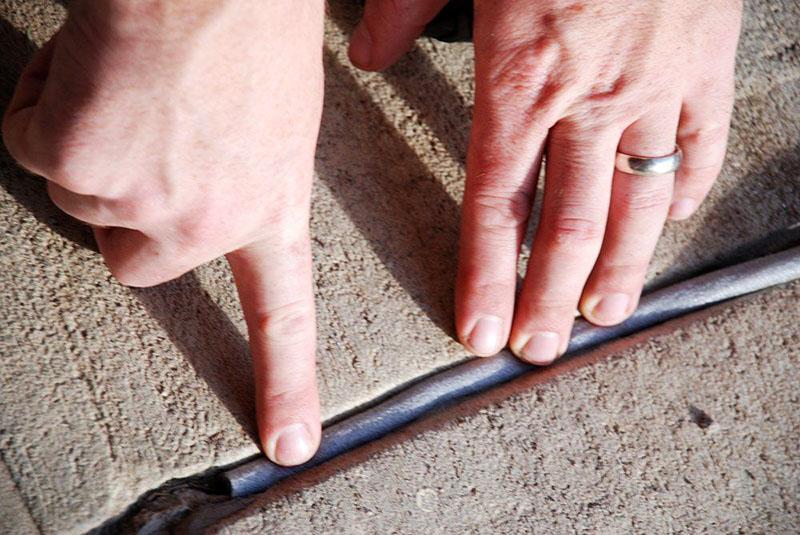 Обратите внимание: шнуры не конопатят, они сами заполняют свободное пространство в процессе расширения. Наружную часть трещины нужно залить полиуретаном