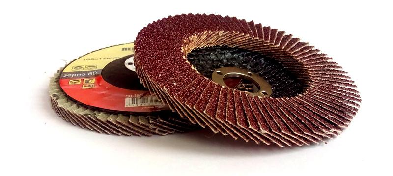 К примеру, для обработки древесины используют в основном лепестковые круги. Они хорошо удаляют слои старой краски