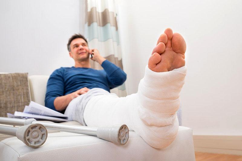 Бывает так, что вы всё-таки добрались до дома после падения и только потом обратились к врачу – обязательно сообщите о месте происшествия, а ещё лучше – заручитесь свидетельствами очевидцев