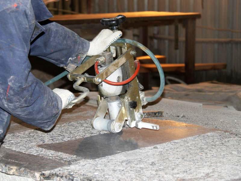 Для обработки проходятся по поверхности полосами – и получается вполне себе нескользкое покрытие
