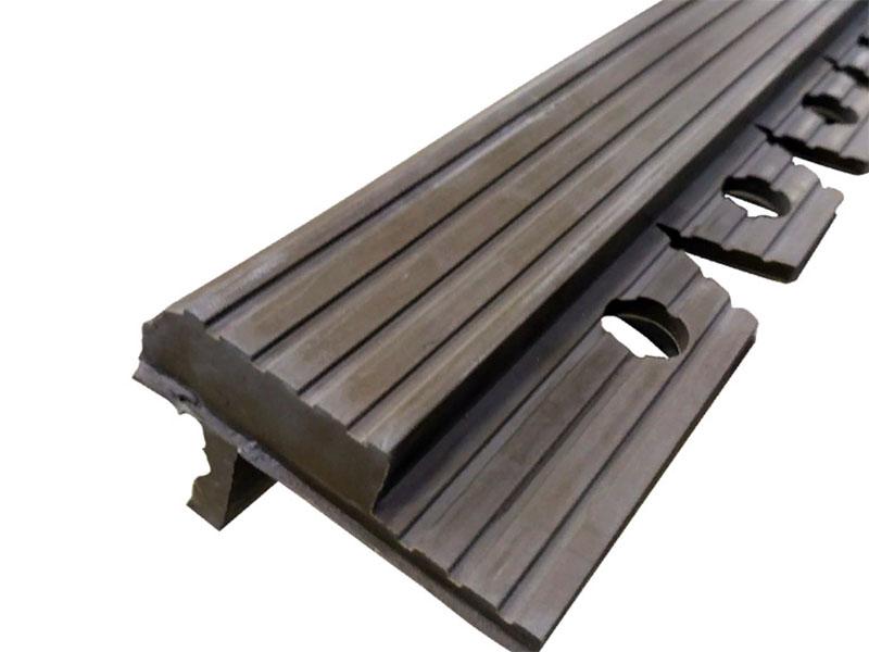 Это профиль продаётся полосами и подходит для плитки толщиной до 10 мм. Важно: профиль укладывается ПОД плитку, так что о нём нужно позаботиться заранее