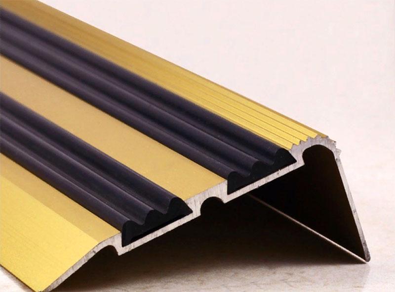 Это, как правило, металлические детали с вставками из пластика. Их главная «фишка» – рельефная поверхность, которая и даёт противоскользящий результат