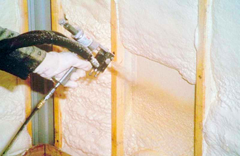 Нанесение на стену жидкого полиуретана
