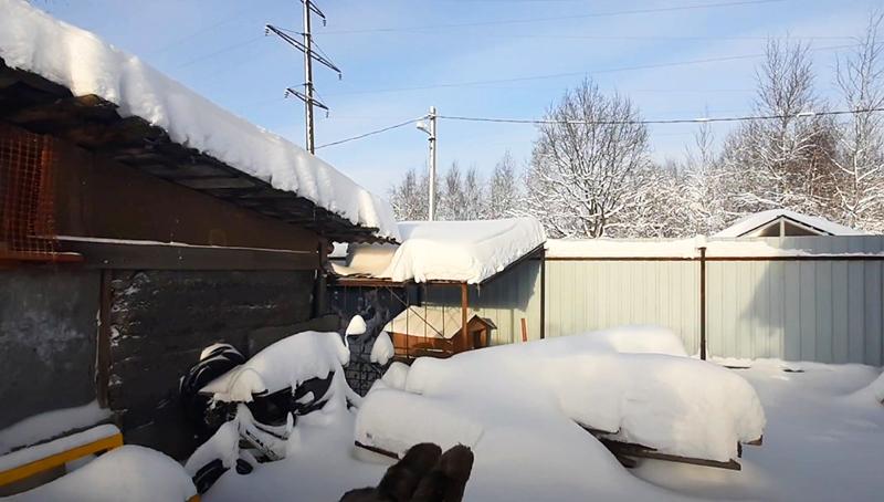 Когда завалило снегом – как спасти старую крышу