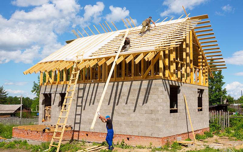 Крыша дачного дома в процессе постройки