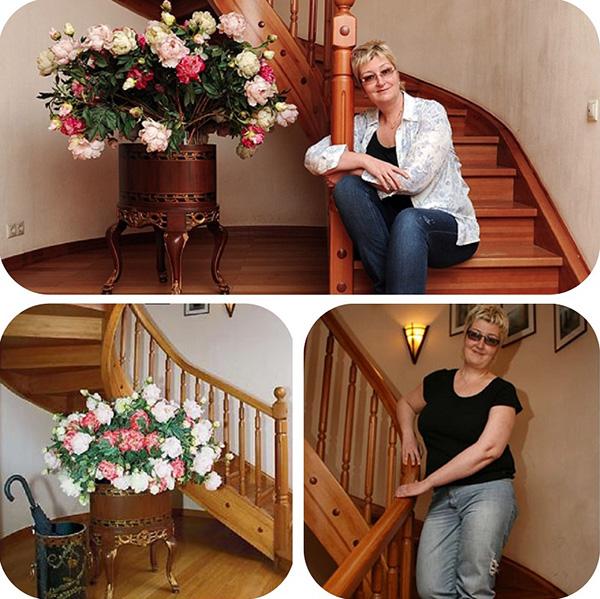 Возле лестницы в антикварной подставке Татьяна поставила уникальный букет из пионов, изготовленных из натурального шёлка