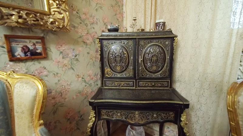 Антикварный комод дополнен шкафчиком и ящичками