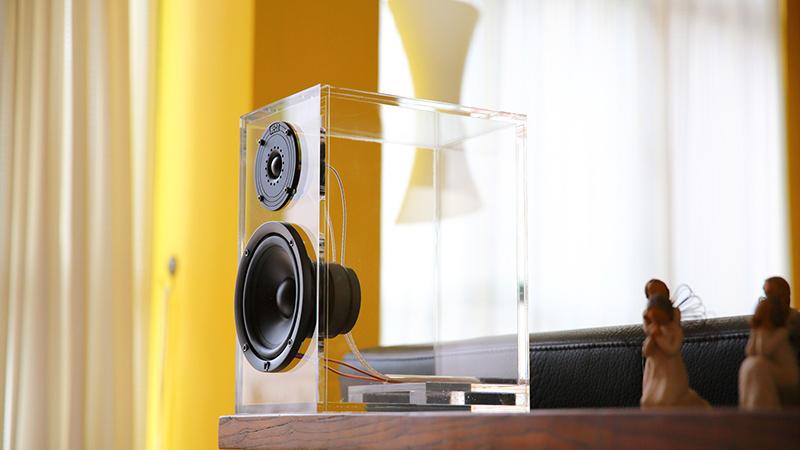 И главная «фишка» этого дизайна – прозрачные предметы интерьера и техника из прозрачного материала с подсветкой. Именно они становятся основным лейтмотивом стиля