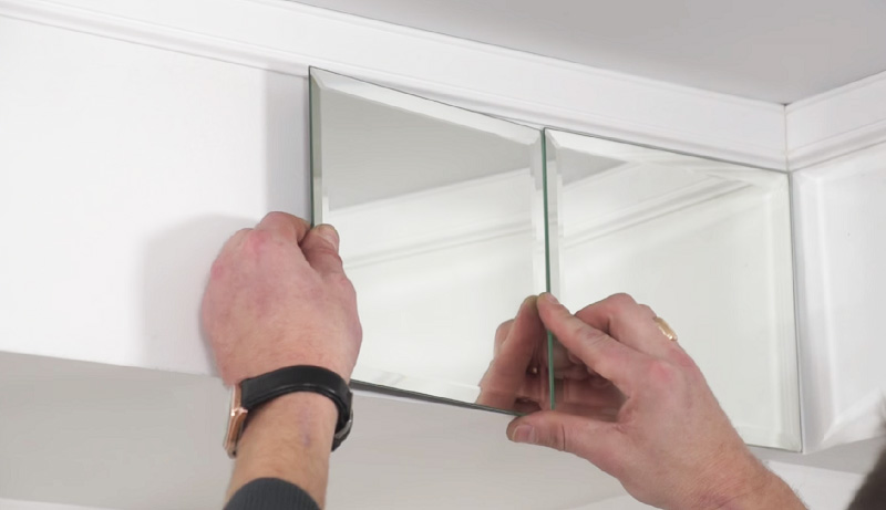 Зеркальные плитки в верхней части стены будут создавать яркие блики в солнечный день