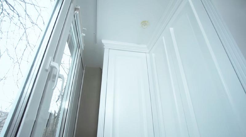 На балконе установили вместительный угловой шкаф для хранения вещей и точечную подсветку