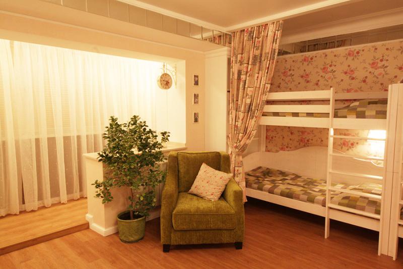 Спальная зона отделена от общего пространства портьерами