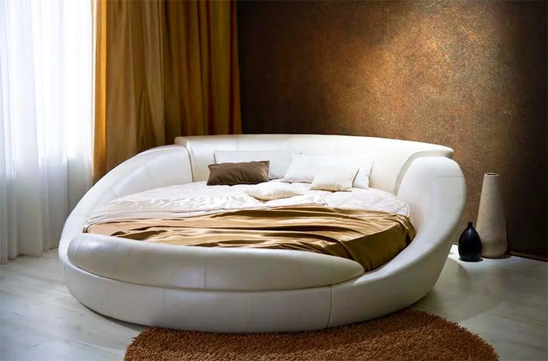 Совсем другое дело – если в помещении появляется круглая кровать. Тогда впечатлении меняется кардинально, и интерьер становится узнаваемым