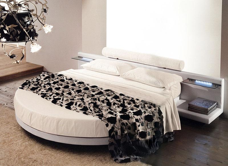 Проследите за тем, чтобы напротив кровати не было выступающих углов мебели, а тумбочки были ниже по уровню, чем ваше ложе