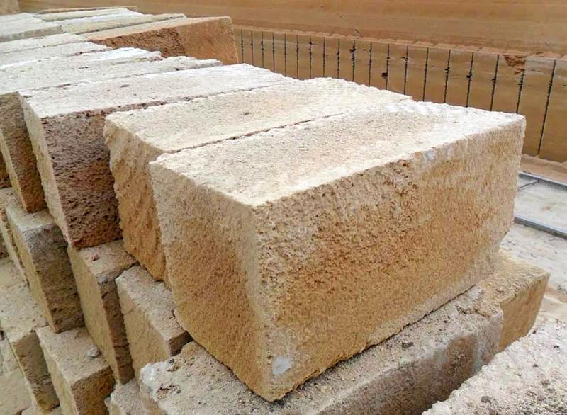 Сейчас появились предприятия, которые обрабатывают мергель и придают ему форму блоков – такие блоки используют для возведения многоэтажных зданий