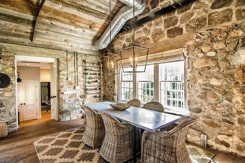 Помните, что полностью герметизировать стены из мергеля ни в коем случае не стоит – иначе конденсат или проникновение атмосферной влаги внутри размочит связующую камни глину