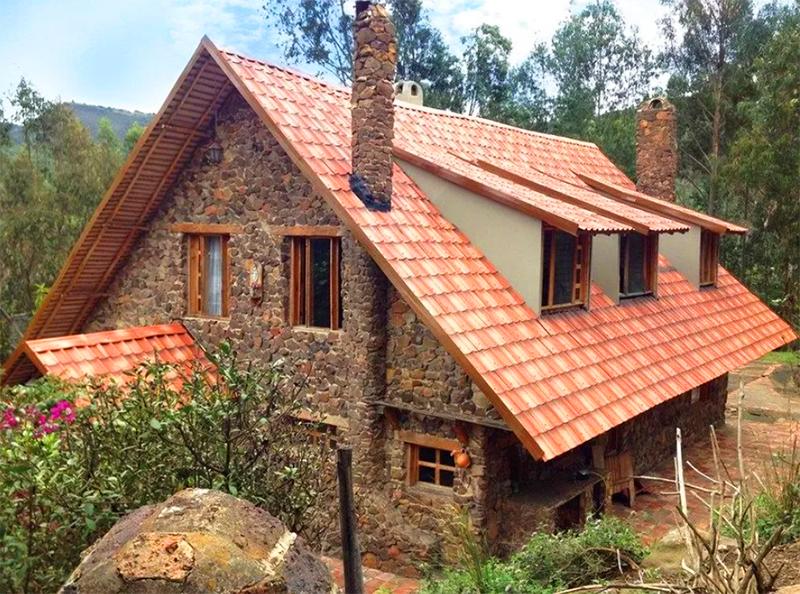 Чтобы защитить дом от всех этих факторов, делают стропильную крышу с максимально большим вылетом