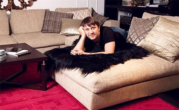 Главное место в гостиной занимает современный модульный диван с регулируемыми спинками