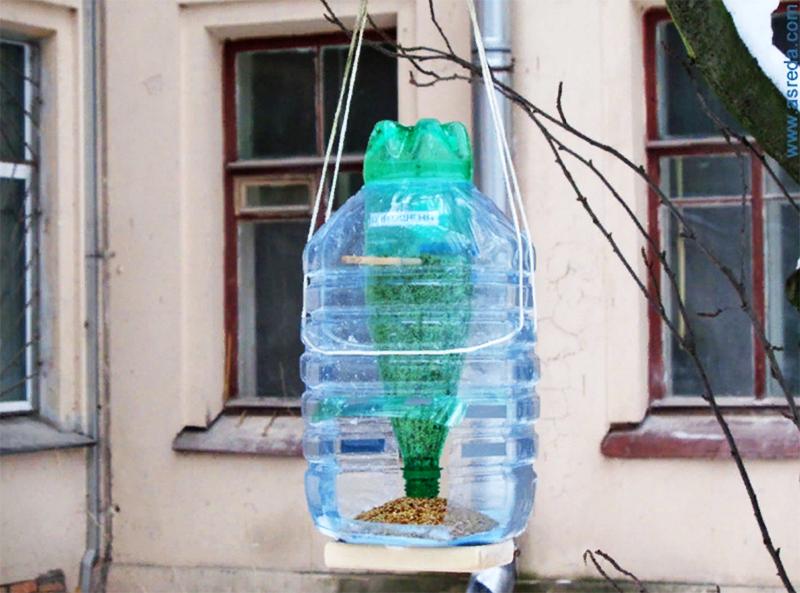 Кормушки и скворечники из прочного материала помогут птицам пережить холод