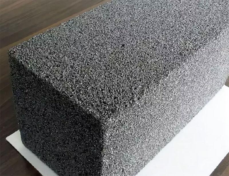 По теплоизоляционным свойствам пеностекло превосходит газобетон на 80 %. И именно этот материал сейчас используют для строительства сооружений, назначение которых связано с водой: бассейнов и бань