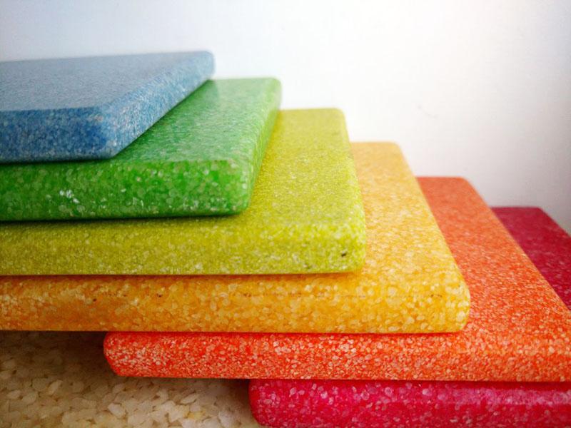 Из песчано-эпоксидной смеси заливают прочные полы и делают плитку
