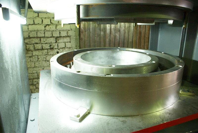Для поточного производства формы изготавливают из металла методом штамповки