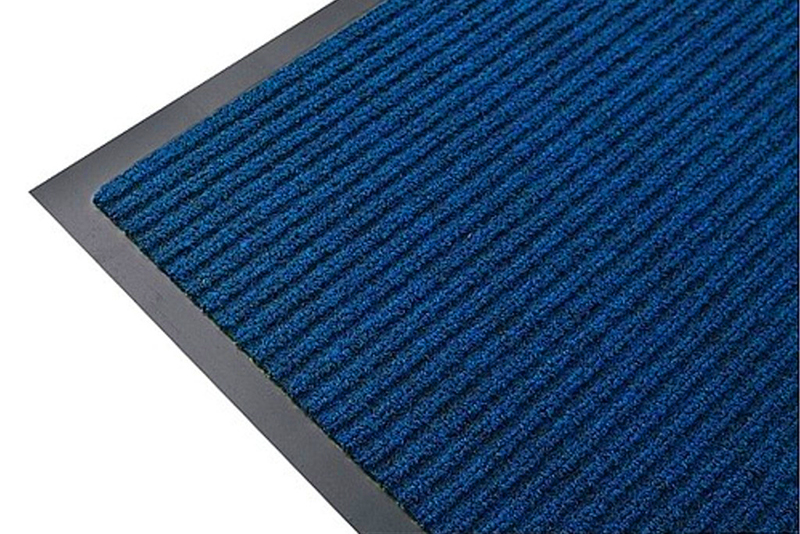 Третья линия – это синтетический коврик на резиновой основе, который соберёт мелкий песок и влагу с подошв