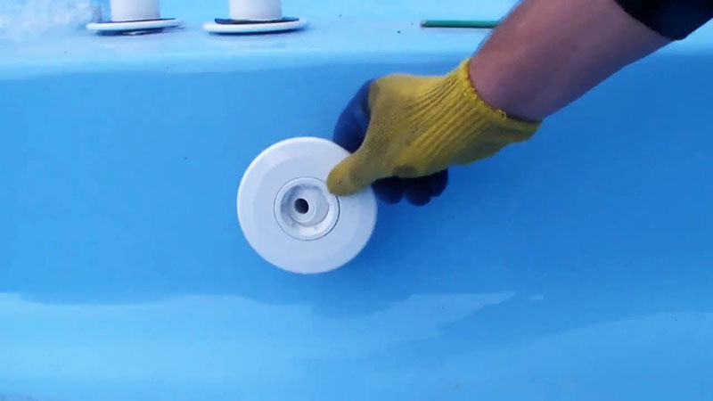 Если при консервации бассейна вы не снимали форсунки, их тоже следует почистить. Проще всего это сделать, предварительно замочив их в растворе с хлором
