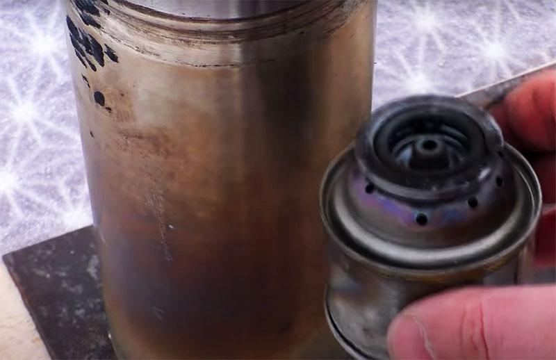 Длительное отопление обеспечит помещённая внутрь печки спиртовая горелка