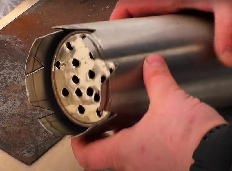 Последний штрих: нужно вырезать V-образные отверстия во внешней колбе. Если этого не сделать, при установке термоса на ровную поверхность будет закрыт доступ воздуха