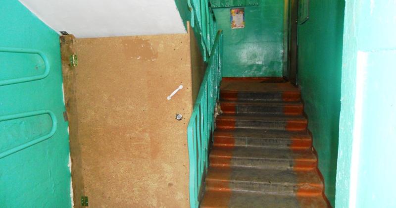 Место под первой лестницей забронировано для технических нужд